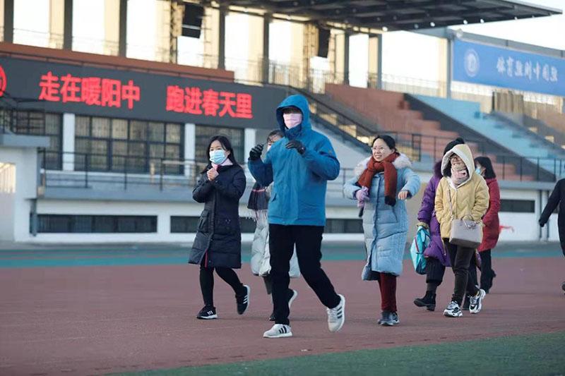 走在暖阳zhong,跑进春天里
